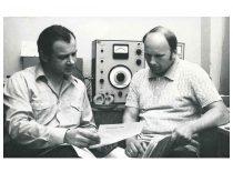 Vyr. mokslo darbuotojai A. Tamulis ir A. Petrauskas aptarinėja pjezoelektrinių antenų sukūrimo problemas, 1985 m.