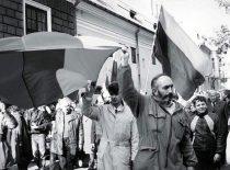 A. Patackas kelia tautinę vėliavą Kaune virš Karo muziejaus bokšto 1988 m. spalio 9 d.
