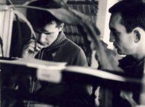 A. Eišmontas ir A. Patackas laboratorinio darbo KPI Cheminės technologijos fakultete metu, 1964 m.