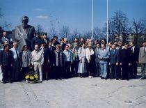 Kovo 11-osios akto signatarai prie paminklo J. Basanavičiui Vilkaviškyje, 1996 m.