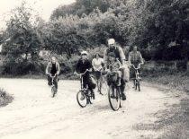 A. Patackas dviračių žygyje su draugais ir šeima, 1980 m.