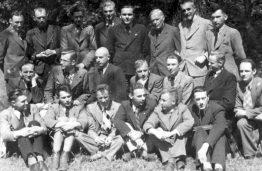 VDU Statybos fakulteto studentai su prof. S. Kairiu ir prof. S. Kolupaila, 1943 m.