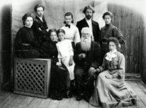 Gravrogkų šeima, 1908 m. Antroje eilėje iš kairės – Julijonas Gravrogkas, antroje eilėje iš dešinės – Antanas Gravrogkas. (Gravrogkų archyvo nuotr.)