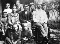 Gravrogkų šeima Skapiškio dvare, 1902 m. Centre – tėvas Kristupas, šalia – sūnus Antanas su Peterburgo universiteto studento uniforma. (Gravrogkų archyvo nuotr.)