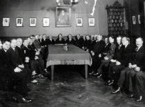 Aukštesniosios technikos mokyklos personalas, 1932 m. Iš kairės: 1-asis – S. Kolupaila, stalo gale – direktorius J. Gravrogkas, jo kairėje – K. Vasiliauskas, 5-asis – A. Gravrogkas. (Gravrogkų archyvo nuotr.)