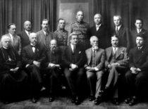 Vytauto Didžiojo komitetas, 1930 m. Pirmoje eilėje iš kairės: komiteto pirmininko pavaduotojas kanauninkas J. Tumas-Vaižgantas, A. Gravrogkas, Valstybės Tarybos pirmininkas S. Šilingas, komiteto pirmininkas – Švietimo ministras K. Šakenis, komiteto pirmininko pavaduotojas – Kauno miesto burmistras J. Vileišis, A. Žmuidzinavičius; antroje eilėje: prof. V. Krėvė-Mickevičius, prof. Z. Žemaitis, prof. M. Biržiška, komiteto sekretorius plk. V. Braziulevičius, plk. A. Birontas, Z. Toliušis, J. Dobkevičius ir reikalų vedėjas P. Žaltauskas. (Gravrogkų archyvo nuotr.)