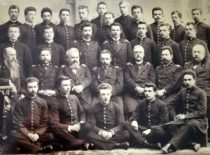 Šiaulių berniukų gimnazijos mokytojai ir moksleiviai apie 1899 m. Paskutinėje eilėje (iš kairės): 5-asis – Antanas Gravrogkas, 8-asis – Konstantinas Šakenis. (Gravrogkų archyvo nuotr.)