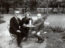 Palangoje su žmona Stefanija ir sūnumi Vytautu-Kristupu, apie 1937 m. (Gravrogkų archyvo nuotr.)