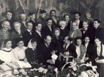 """Spektaklio """"Žentas"""" artistai, 1958 m. (Originalas – J. Vengraičio archyve)"""