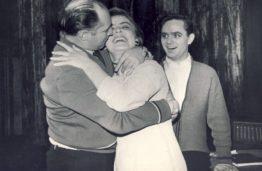 Studijos vadovas P. Likša moko bučiuotis scenoje,1959 m. (Originalas – J. Vengraičio archyve)