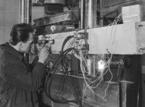 Aspirantas Vidmantas Jonas Jokubaitis Gelžbetoninių konstrukcijų laboratorijoje, 1965 m. (V. Varno nuotr.)