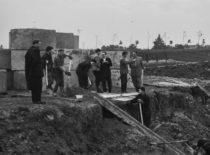 Prorektorius Henrikas Petrusevičius stebi Statybos rūmų pamatų klojimo darbus, 1961 m. (V. Varno nuotr.)