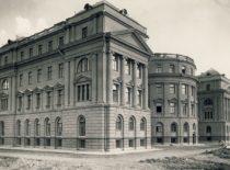 Fizikos-chemijos instituto rūmai, į kuriuos 1931 m. vasarą įsikėlė fizikos ir chemijos laboratorijos bei Technikos fakultetas. Rūmų statybos pirmininkas 1930–1931 m. buvo prof. P. Jodelė. (Originalas – Lietuvos centriniame valstybės archyve)