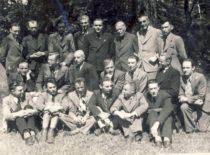 Pirmoji Vytauto Didžiojo universiteto studentų hidrotechnikų laida prof. S. Kairiu ir prof. S. Kolupaila, 1943 m. (Originalas – B. Petrulio šeimos archyve)
