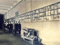 Lietuvos universiteto architektūros ir pritaikomosios mechanikos kolekcijos I rūmų koridoriuje, 1927 m. (Originalas – KTU muziejuje).