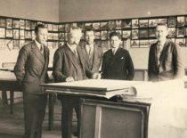 Prof. M. Songaila su studentais braižykloje, 1927 m. Pirmas iš dešinės – J. Dragašius, trečias – K. Germanas. (Originalas – KTU muziejuje).