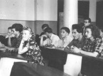 Statybos fakulteto diplomų gynimas buvusios arkivyskupijos salėje, 1953 m. (Nuotr. iš B. Januševičiaus asmeninio archyvo)