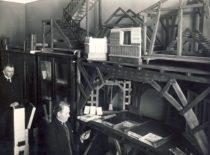 Prof. J. Šimoliūnas ir asistentas L. Gimbutas Technikos fakulteto Statybos kabinete, 1931 m. (Originalas – KTU muziejuje).