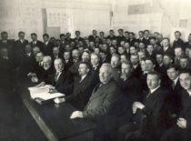 Technikos fakulteto Statybos skyriaus absolventų diplominių darbų gynimo metu, 1932 m. (Originalas – KTU muziejuje).