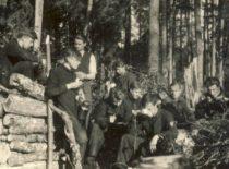 Studentų talka, ruošiant malkas universitetui prieš žiemos sezoną, 1942 m. birželio 7 d. Iš kairės: Steponas Lataitis, Vytautas Naujokaitis, Vladas Macevičius, neatpažintas asmuo, Bronius Liesis.