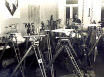 Geodezijos kabinetas Lietuvos universiteto I rūmuose, 1927 m. Centre – kabineto vedėjas doc. plk. ltn. Stasys Dirmantas. (Originalas – KTU muziejuje).