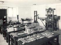Asistentas Juozas Indriūnas Mechaninėje medžiagų atsparumo laboratorijoje, 1932 m. (Originalas – KTU muziejuje)