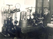 Prof. Pranas Jodelė – Statybos medžiagų laboratorijos vedėjas, 1927 m. (Originalas – KTU muziejuje).