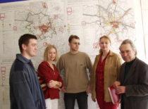 Prof. J. Bučas su studentais kursinių darbų peržiūros metu, 2006 m.