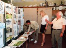 Grafinių darbų katedros doc. Juozas Mažeika apžiūri studentų darbus, 2000 m.