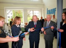 Naujo statybos ir technologijų mokymo centro atidarymas KTU Statybos ir architektūros fakultete, 1998 m. Juostą kerpa KTU rektorius prof. K. Kriščiūnas, šalia – fakulteto dekanas H. Elzbutas.