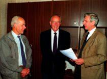 KTU garbės daktaro F. Marckso vizitas Statybos ir architektūros fakultete, 1998 m. Nuotraukoje (iš kairės) dekanas doc. H. Elzbutas, F. Marcksas ir doc. A. Juodis.