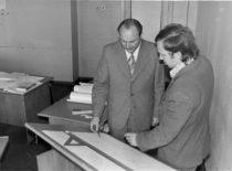 Doc. J. Deltuva konsultuoja diplomantą R. Plaušinį, 1975 m. (V.Bartkevičiaus nuotr.)
