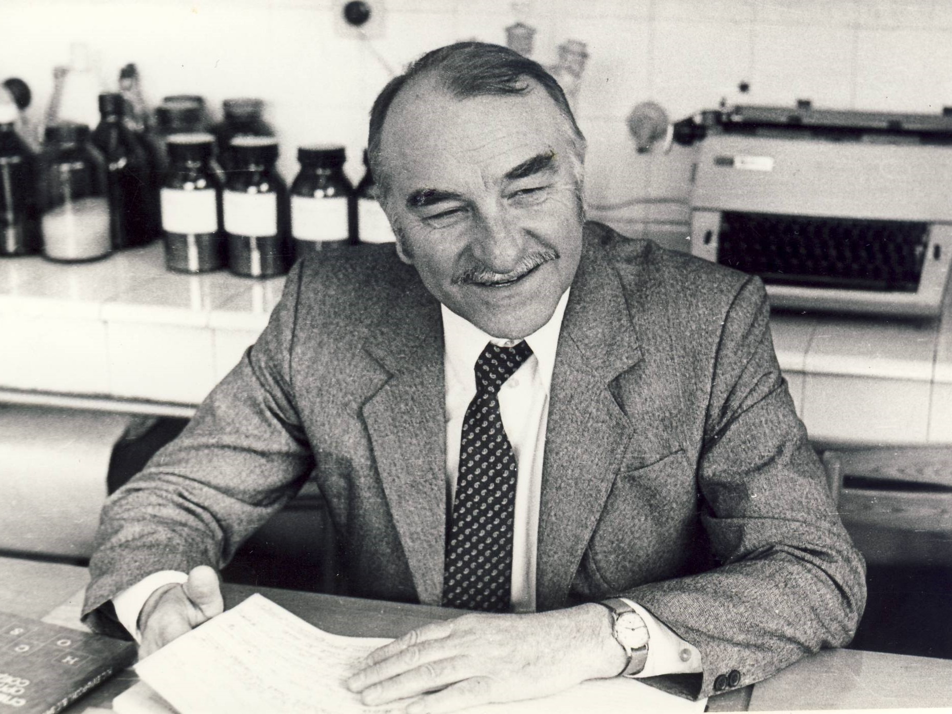 Organinės chemijos katedros vedėjas prof. R. Baltrušis laboratorijoje, 1986 m.