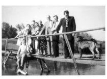 J. Vėbra su plk. P. Lesauskio ir L. Račiūno šeimomis savo dvare Jundeliškėse (Prienų raj.), 1939 m. (Originalas – Račiūnų šeimos archyve)