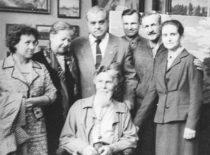 Po simpoziumo Kaune pas dail. A. Žmuidzinavičių (sėdi). Iš kairės antra O. Artobolevskaja, akad. I. Artobolevskij, K. Ragulskis, Ukrainos MA narys S. Koževnikov, V. Ragulskienė, 1963 m.