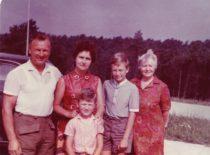 Ragulskių šeima su Vydos mama vasarą Neringoje, 1975 m.