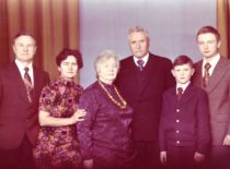 Ragulskių šeima švenčiant Vydos tėvelių Stefanijos ir Leono Kęsgailų auksines vestuves, 1977 m.
