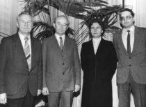 Vibrotechnikos profesoriai po pasitarimo, 1984 m. Iš kairės: K. Ragulskis, J. Gecevičius, V. Ragulskienė, R. Bansevičius.