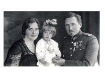 Vyda Kęsgailaitė su tėvais plk. ltn. gydytoju Leonu Kęsgaila-Kenstavičiumi ir mama Stefanija Stanevičiūte-Kęsgailiene, 1934 m.