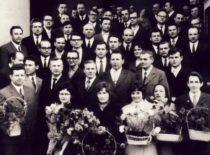 V. Ragulskienė su vibrotechnikos kolegomis prie KPI Centrinių Rūmų po daktaro (dabar habil. dr.) disertacijos gynimo, 1973 m.