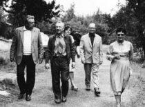 Ragulskiai Neringoje su draugais Jonu Baltaragiu ir Vaitkevičių šeima, 1986 m.