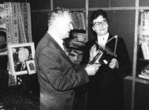Mokslininkai Vyda ir Kazimieras Ragulskiai aptaria navigacijai skirtos sistemos veikimo principą, 1986 m.