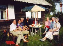 Po seminaro dr. A. Kenstavičiaus sodyboje. Iš kairės dr. A. Bubulis, jo žmona Auksė, dr. A. Kenstavičius, prof. V. Volkovas, dr. Gulbinienė, dr. R. Gulbinas ir Ragulskiai, 1996 m.