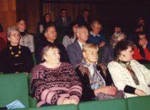 """""""Žiemgalos"""" kraštiečių susitikimas. 1-oje eilėje iš kairės prof. A. Gaigalaitė; 2-oje eilėje iš kairės dailininkas A. Krikštopaitis, V. Ragulskienė, kraštiečių vadovas K. Kalibatas, K. Ragulskis, 1997 m."""
