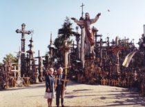 Vyda ir Kazimieras Ragulskiai prie Kryžiaus kalno deda kryžius už pagalbininkus gyvenime, 1999 m.