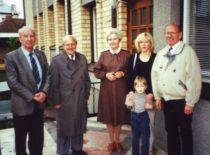 Po simpoziumo iš kairės prof. K. Ragulskis, prof. Szaly (Vengrija), V. Ragulskienė, dr. J. Ragulskienė su sūnumi Mangirdu, prof. Biogelsack (Vokietija), 2000 m.