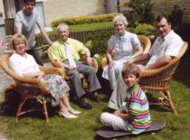 Ragulskiai savo namo kieme su sūnaus Minvydo šeima, 2006 m