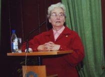 V. Ragulskienė kalba savo vyro akademiko K. Ragulskio 80-mečio jubiliejuje, KTU auloje, 2006 m.