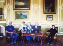 Ragulskiai su sūnumi Minvydu ir vaikaičiais Renavo dvaro rūmuose, 2007 m.