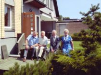 Ragulskių namo kieme su profesoriais A. Bubuliu ir V. Roizmanu, 2007 m.